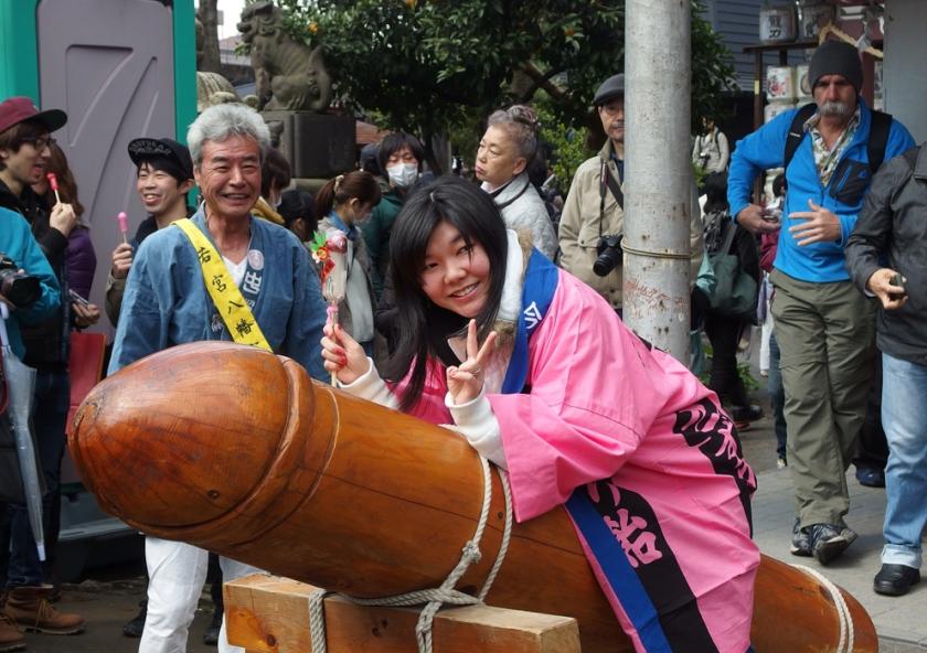 F_KanaKukui_JPN_Kanamara_riding.jpg